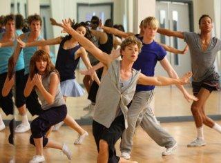 Georgina Hagen, Mitch Hewer e Matthew James Thomas in una scena dell'episodio 'Let's dance' della serie Britannia High