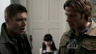 Jared Padalecki e Jensen Ackles discutono su come eliminare un orso di peluche gigante nell'episodio 'Wishful Thinking' della quarta stagione di Supernatural