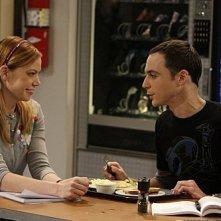 Jim Parsons e Riki Lindhome in una scena dell'episodio The Cooper-Nowitzki Theorem di The Big Bang Theory