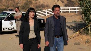 Joe Mantegna e Paget Breswter nell'episodio 'The Instincts' della quarta stagione di Criminal Minds