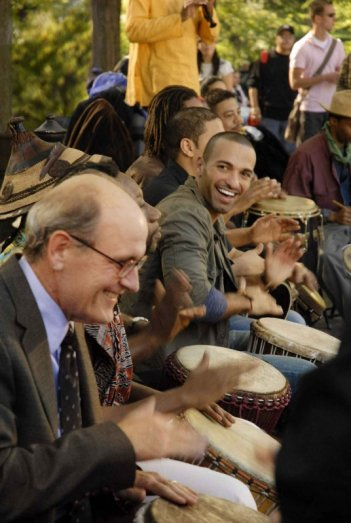 Richard Jenkins e Haaz Sleiman in una scena del film L'ospite inatteso