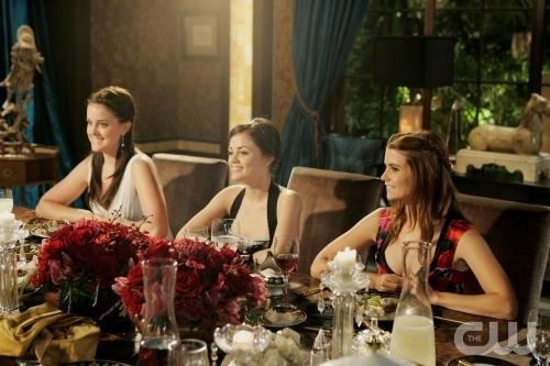 Ashley Newbrough Lucy Hale E Joanna Garcia In Una Scena Dell Episodio All About The Haves And The Have Nots Di Privileged 95867