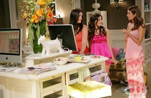 Joanna Garcia Ashley Newbrough E Lucy Hale In Una Scena Dell Episodio All About What You Really Really Want Di Privileged 95900
