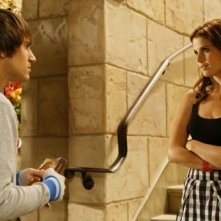 Joanna Garcia ed Andrew J. West in una scena dell'episodio All About the Power Position di Privileged