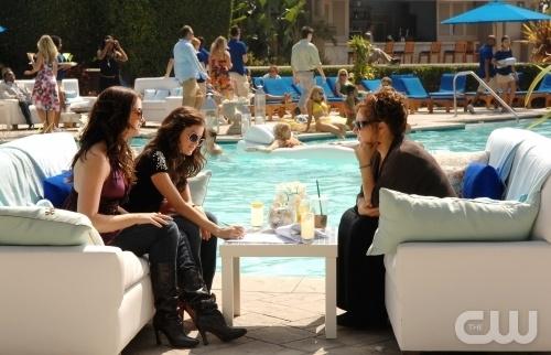 Kathy Najimy Ashley Newbrough E Lucy Hale In Una Scena Dell Episodio All About Defining Yourself Di Privileged 95861
