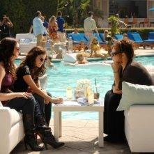 Kathy Najimy, Ashley Newbrough e Lucy Hale in una scena dell'episodio All About Defining Yourself di Privileged