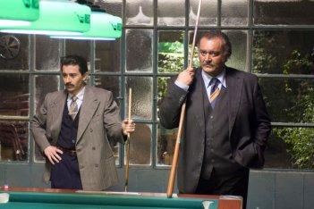 Luigi Lo Cascio e Diego Abatantuono in una scena del film Gli amici del Bar Margherita