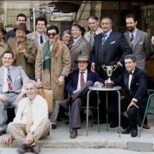 Nel gruppo Fabio De Luigi, Luigi Lo Cascio, Diego Abatantuono, Neri Marcoré, Claudio Botosso e Gianni Ippoliti in una scena del film Gli amici del Bar Margherita
