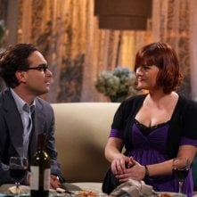 Sara Rue e Johnny Galecki nell'episodio The Lizard-Spock Expansion di The Big Bang Theory