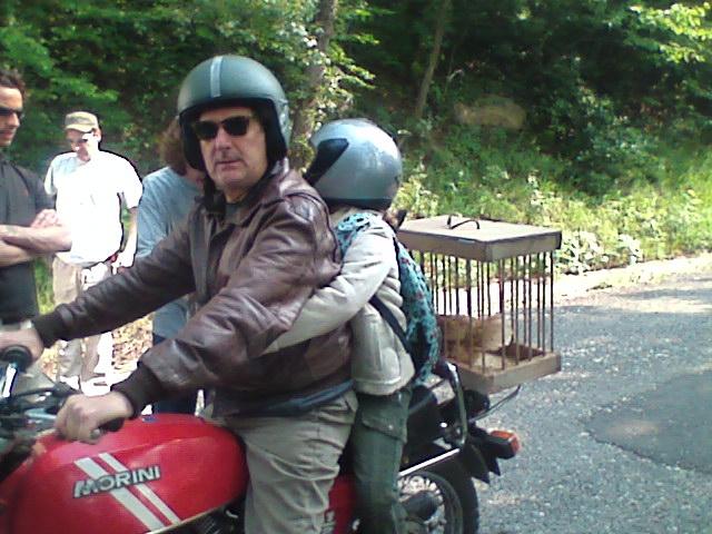 Val Di Susa 22 Giugno 2008 Enzo Iacchetti Ed Elena Sofia Tognocchi Dietro Di Lui Pronti Per La Camera Car Sul Set De L Ultimo Crodino 95951