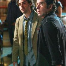 David Krumholtz insieme a Rob Morrow in una scena dell'episodio 'Magic Show' della serie tv Numb3rs
