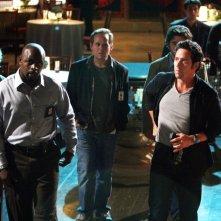 David Krumholtz, Rob Morrow, Alimi Ballard e Peter MacNicol in una scena dell'episodio 'Magic Show' della serie tv Numb3rs