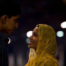 Dev Patel e Freida Pinto sono i due protagonisti del film The Millionaire diretto da Danny Boyle
