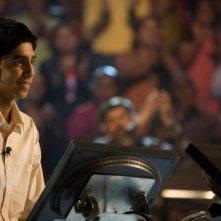 Dev Patel è Jamal Malik nel film The Millionaire diretto da Danny Boyle