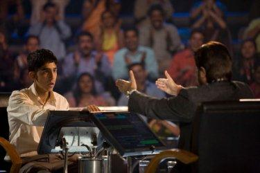 Dev Patel in una scena del film The Millionaire