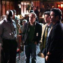 Rob Morrow, David Krumholtz, Alimi Ballard e Peter MacNicol nell'episodio 'Magic Show' della serie tv Numb3rs