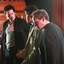 Rob Morrow, David Krumholtz con Peter MacNicol nell'episodio 'Magic Show' della serie tv Numb3rs