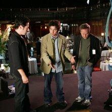 Rob Morrow, David Krumholtz e Peter MacNicol nell'episodio 'Magic Show' della serie tv Numb3rs