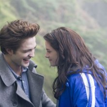 Robert Pattinson e Kristen Stewart in una sequenza del film Twilight