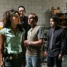 Sophina Brown, Peter MacNicol e Penn Jillette e David Krumholtz nell'episodio 'Magic Show' della serie tv Numb3rs