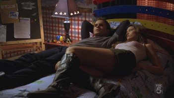 Thomas Dekker e Summer Glau in una scena dell'episodio Mr. Ferguson Is Ill Today di The Sarah Connor Chronicles