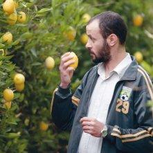 Ali Suliman in una scena de Il giardino di limoni