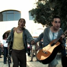 Bar Belfer e Yuval Mendelson in una scena del film Qualcuno con cui correre