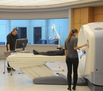 Hugh Laurie e Olivia Wilde una scena dell'episodio 'Last Resort' della serie Dr. House: Medical Division