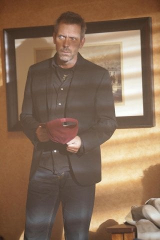 Hugh Laurie in una scena dell'episodio 'Last Resort' della serie Dr. House: Medical Division