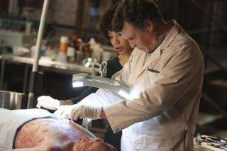 John Noble e Jasika Nicole in una scena dell'episodio The Dreamscape di Fringe