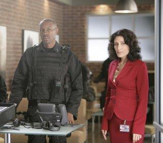 Lisa Edelstein in una scena dell'episodio 'Last Resort' della serie Dr. House: Medical Division
