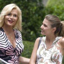 Simona Ventura e Martina Pinto in una scena del film La fidanzata di papà
