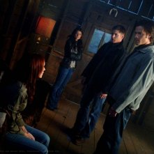 Julie McNiven, Genevieve Cortese, Jensen Ackles e Jared Padalecki nell'episodio I Know What You Did Last Summer di Supernatural