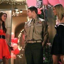 Josh Henderson, AnnaLynne McCord e Shenae Grimes in una scena dell'episodio Games People Play di 90210