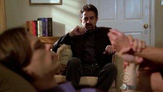 In primo piano Matthew Gray Gubler, e Joe Mantegna nell'episodio 'Memoriam' della serie tv Criminal Minds