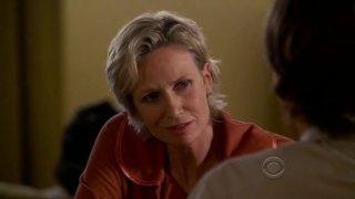 Jane Lynch in una scena dell'episodio 'Memoriam' della serie tv Criminal Minds