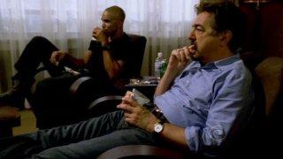 Shemar Moore e Joe Mantegna guardano una soap opera mentre aspettano Reid nell'episodio 'Memoriam' della serie tv Criminal Minds