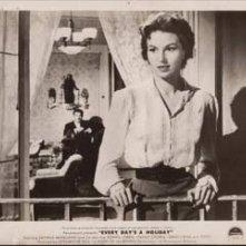 Silvana Mangano con Erno Crisa (sullo sfondo) in una sequenza de L'oro di Napoli