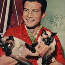 Una immagine dell'attore Erno Crisa con i suoi gatti