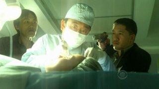 Una scena carica di tensione nell'episodio 'Say Uncle' della serie tv CSI