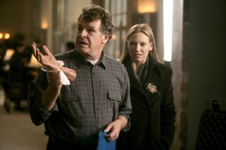 Anna Torv e John Noble in una scena dell'episodio Safe di Fringe