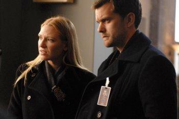 Anna Torv e Joshua Jackson in una scena dell'episodio Safe di Fringe