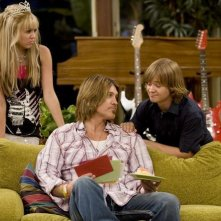 Billy Ray Cyrus, Jason Earles e Miley Cyrus in una scena dell'episodio You Didn't Say It's Your Birthday di Hannah Montana