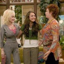 Dolly Parton e Miley Cyrus in una scena dell'episodio Problemi di famiglia di Hannah Montana
