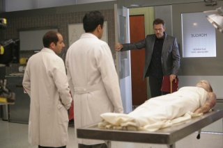 Hugh Laurie, Kal Penn e Peter Jacobson in una scena dell'episodio Let Them Eat Cake  di Dr.House: Medical Division