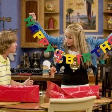 Jason Earles e Miley Cyrus in una scena dell'episodio You Didn't Say It's Your Birthday di Hannah Montana