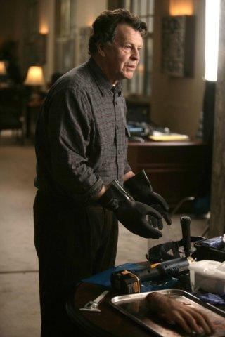 John Noble in una scena dell'episodio Safe di Fringe