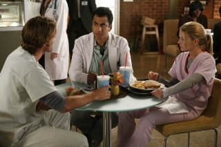 Kal Penn, Jennifer Morrison e Jesse Spencer in una scena dell'episodio Let Them Eat Cake  di Dr.House: Medical Division
