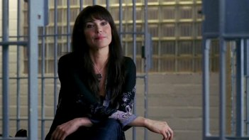 Michelle Forbes in una scena dell'episodio To Love is to Bury della serie tv True Blood
