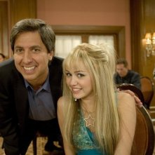 Miley Cyrus e Ray Romano in una scena dell'episodio We're All On This Date Together di Hannah Montana